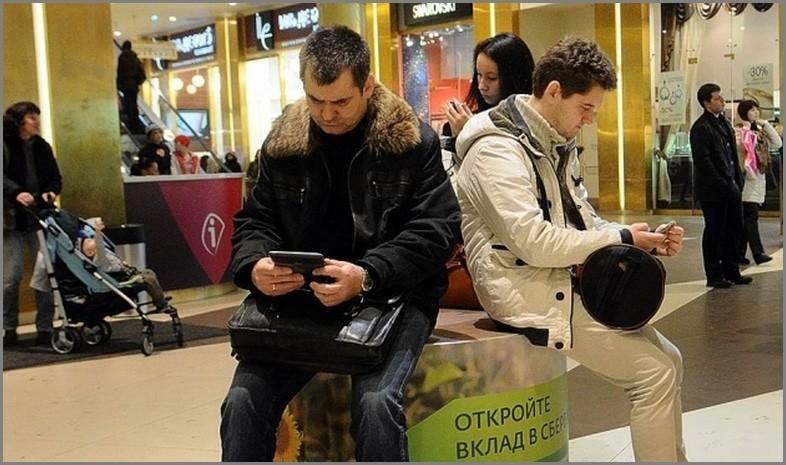 посетители покупатели тц отдых скука гаджеты телефоны интернет