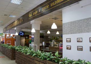Для посетителей торгового центра на третьем этаже работает кафе